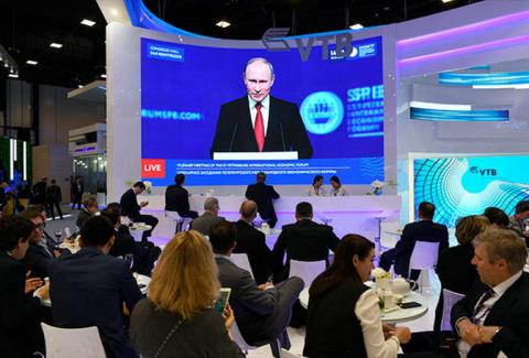«Запад нам на голову сел и ноги свесил». Самые яркие цитаты Путина с Петербургского форума