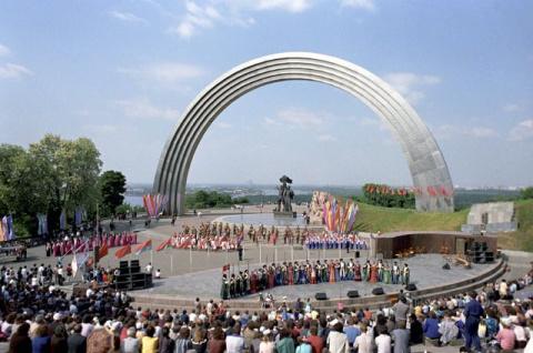 Декоммунизация дружбы народов: в Киеве снесут памятник рабочим