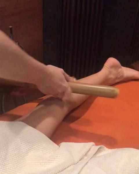 Татьяне Навке делают массаж бамбуковыми палочками