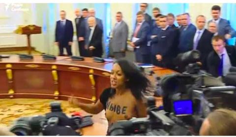 Активистка движения Femen попыталась сорвать подписание белорусско-украинских документов