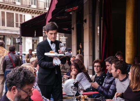 Как вас выдает манера общаться с официантами