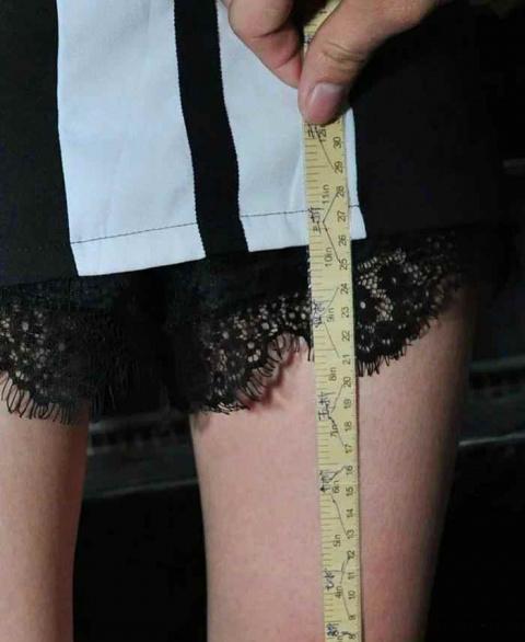 Чем короче юбка — тем больше…
