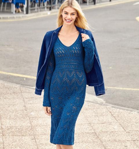 Синее платье с ажурным узором спицами