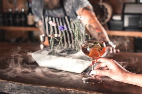 6 причин закрутить роман с барменом