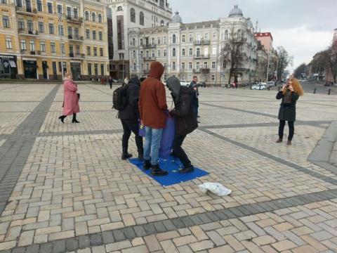 Украинский чиновник возмущен: в центре Киева топчутся по флагу ЕС