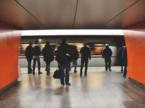В метро Лондона запустят пое…
