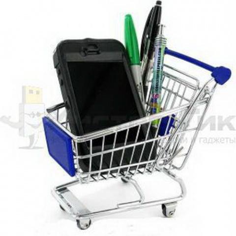 Тележка из супермаркета организует порядок на столе