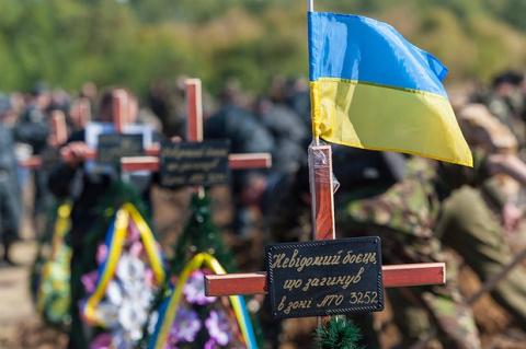 Пьяный украинец украл и продал флаги с могил «АТОшников»