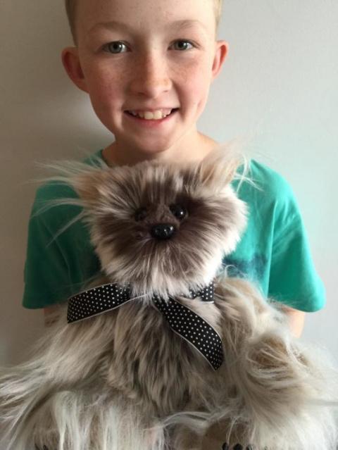 12-летний мальчик научился шить, чтобы делать игрушки для больных детей