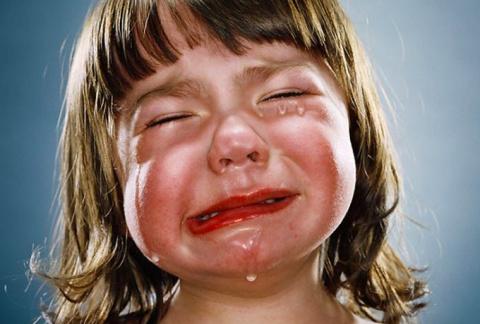 Она увидела, что он вел плач…