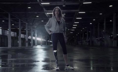 Модель Наталья Водянова в рекламе лишилась ноги