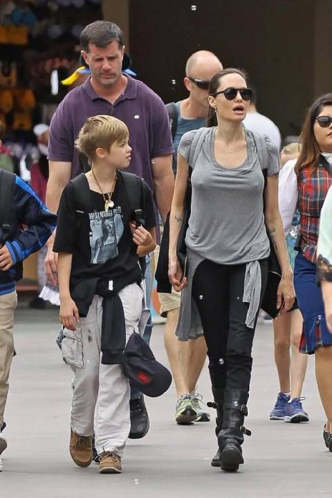 Анджелина Джоли возмутила поклонников, явившись в детский парк без нижнего белья