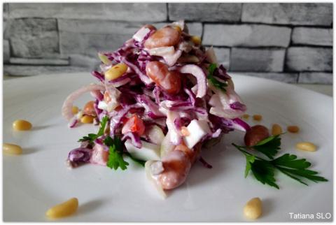 Салат из красной капусты со свиным сердцем и фасолью