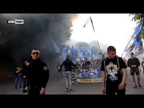 В Хмельницком националисты провели шествие с файерами и дымовыми шашками