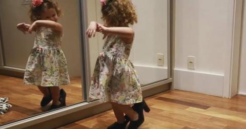 Она взяла мамины туфли и нач…