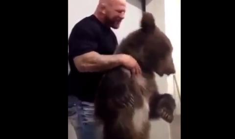 Монсон играет с живым медведем