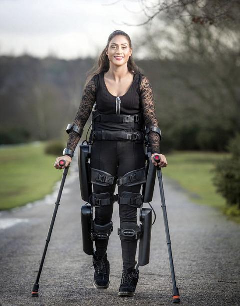 """""""Моя мама - робокоп""""-- женщина получила экзоскелет, позволивший ей снова ходить"""