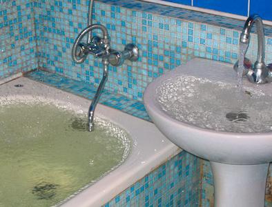 Сколько чистой воды из крана выливается зря (см)?