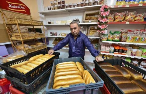 Предприниматель, раздающий хлеб бедным в российском городке