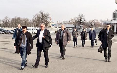 Родовое проклятие: Глава МИД Украины вновь вышел на публику в нелепом наряде