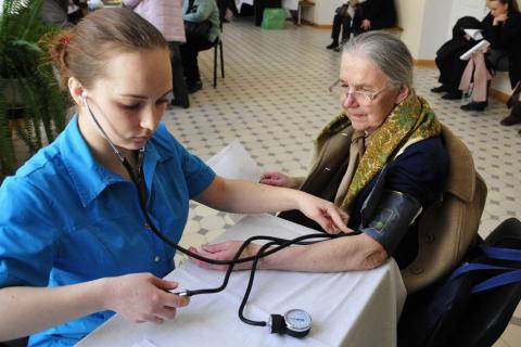 В крупных поликлиниках появятся особые врачи для старшего поколения