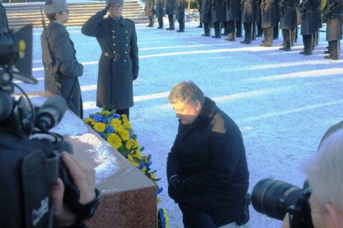 Порошенко встал перед могилой Маннергейма на колени