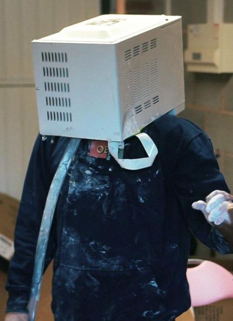 Парень зацементировал свою голову в микроволновке, и едва не умер внутри
