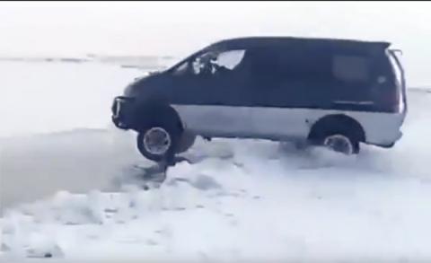 В Якутии делика перепрыгнула через опасный разлом на льду