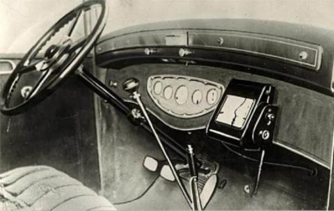 Первые устройства-помощники в автомобилях