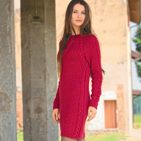 Платье-футляр с рельефными «косами» спицами