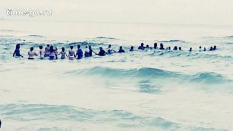 Курортники думали, что люди в воде дурачатся. Но через миг всё поняли и бросились к ним!