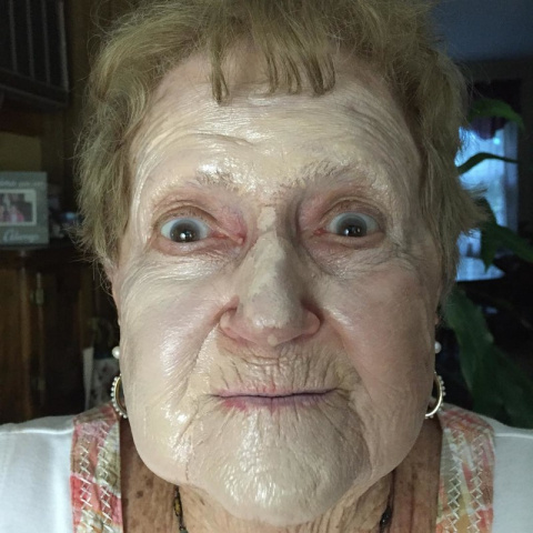 86-летняя американка прославилась в Сети уроками макияжа и ухода за собой