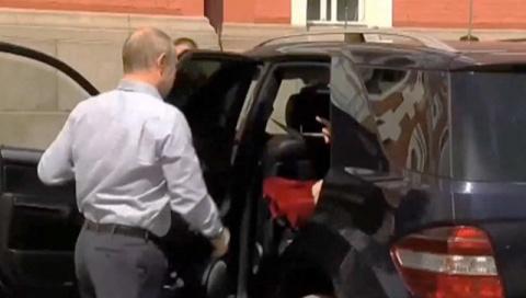 В РПЦ раскрыли секрет красной коробки в автомобиле Путина 12:2614.07.2017