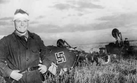 """Невероятное: ветерана войны осудили по экстремистской статье за """"демонстрацию свастики"""" на сбитом им немецком самолёте!"""