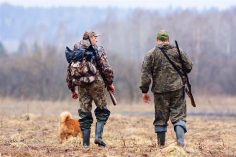 Охотники шли по лесу, когда один из них рухнул без сознания. Но реакция его напарника – шок!