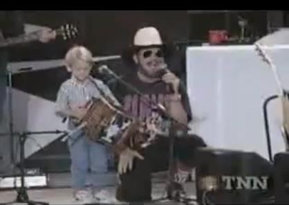 Посреди концерта на сцену вы…