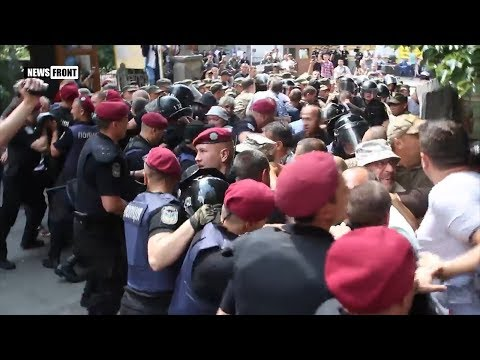 Киев: стычки «Айдара» с полицией у администрации Порошенко