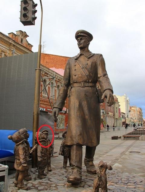 Скульптура с Дядей Степой и детишками вокруг него. Обратите внимание на мальчугана обведенного красным!