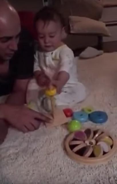 Малышу подарили новую игрушк…