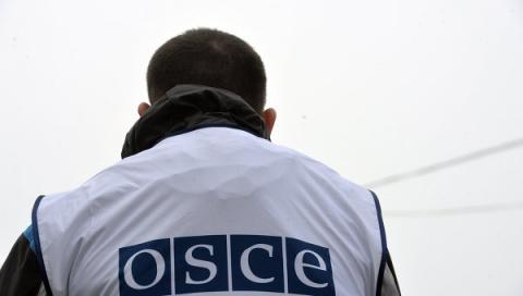 Услышав выстрелы, попадали, теряя каски! Донецкие женщины подняли на смех сотрудников ОБСЕ