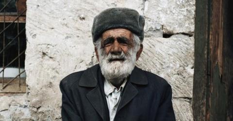 Пожилой кавказец заходит в м…