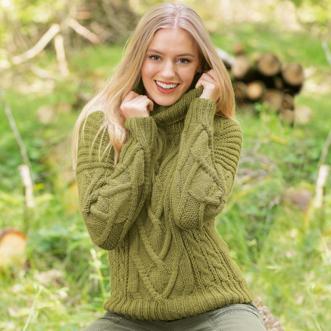 Зеленый свитер с крупными «косами» спицами