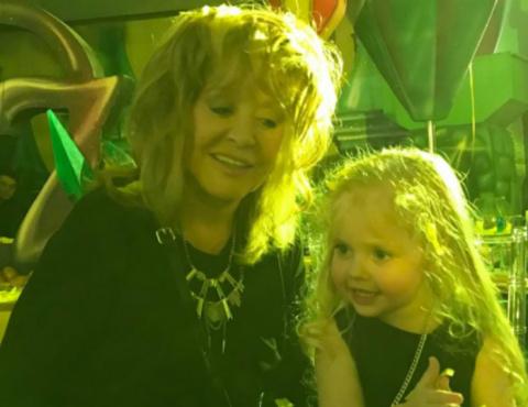 Трехлетняя Лиза Галкина показала класс в бассейне
