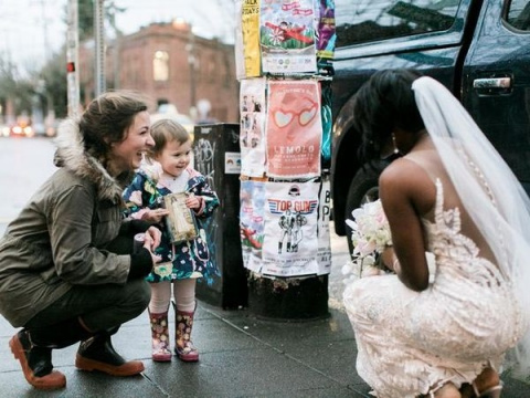 Девочка перепутала невесту с…
