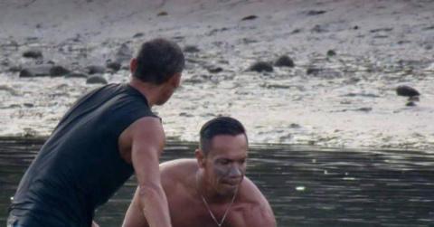 Серферы услышали плач на пляже.