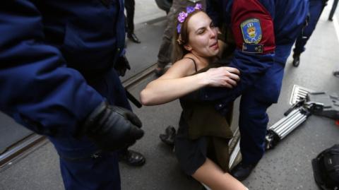 Le Monde: участница Femen за…