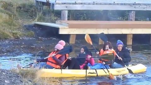 Китайские туристки решили поплавать на каяке, но что-то пошло не так