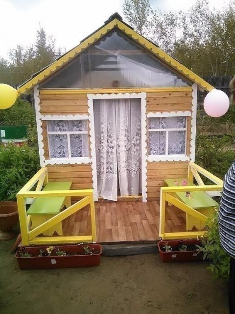 Дедушка на даче для внуков построил собственный домик!!!