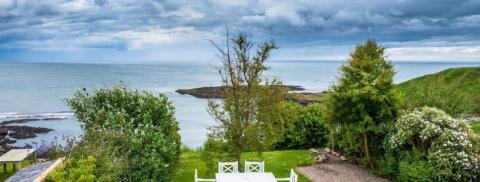 Интерьер шотландского домика у моря
