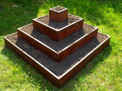 Клубничная грядка-пирамидка своими руками
